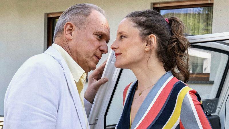 Tatort - Die Ferien des Monsieur Murot Ulrich Tukur als LKA-Ermittler Felix/Walter Boenfeld, Anne Ratte-Polle als Monika Boenfeld SRF/HR/Bettina Müller – Bild: SRF1