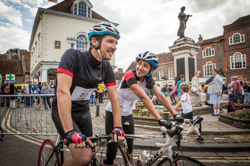 Beide am Start beim Radrennen und beide ehrgeizig: DS Charlie Nelson (Gwilym Lee, l.) und Dr. Kam Karimore (Manjinder Virk, r.), die neue Pathologin. – Bild: ZDF und All3Media./All3Media