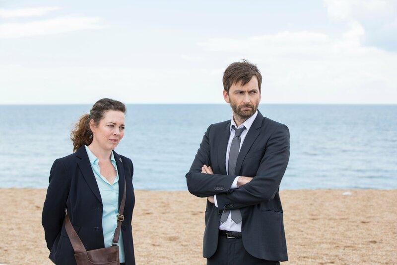 DS Ellie Miller (Olivia Colman, l.) und DI Alec Hardy (David Tennant, r.) ermitteln in ihrem letzten gemeinsamen Fall. – Bild: ZDF und Colin Hutton.