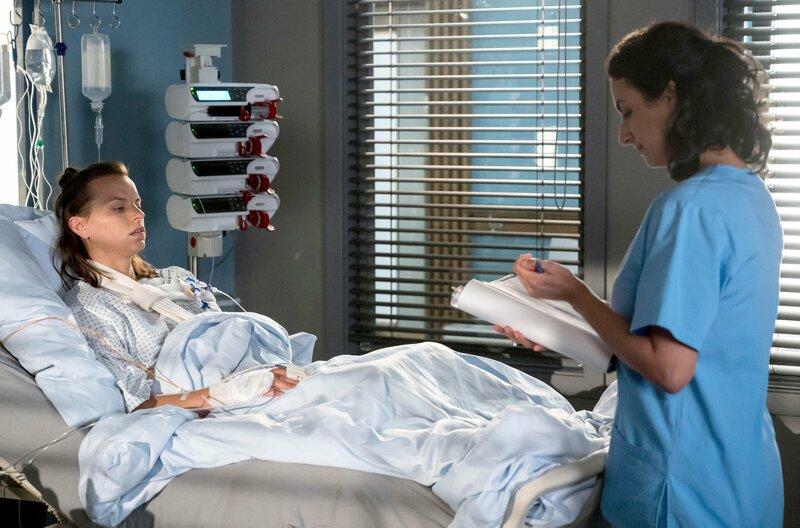 Leyla (Sanam Afrashteh, r.) bespricht die nächsten Schritte mit ihrer besorgten Patientin Nina Unterdörfer (Franziska Benz, l.). – Bild: ARD/Jens Ulrich Koch