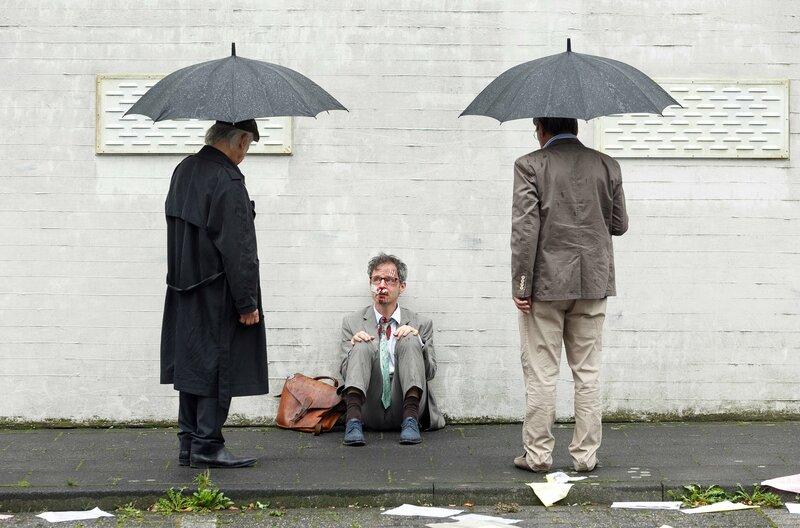 Auf Mediator Jörg Fischer (Matthias Bundschuh, M.) wird ein Attentat verübt. Edwin Bremer (Tilo Prückner, l.) und Günter Hoffmann (Wolfgang Winkler, r.) ermitteln. – Bild: ARD/Kai Schulz