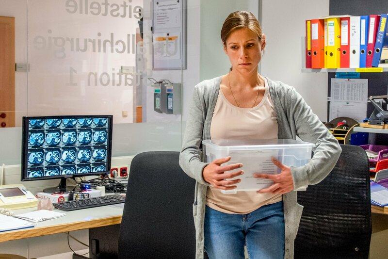 Kroisleitner versucht mit Tobias in Kontakt zu treten. Dieser aber blockt ab und ist von seiner Reha frustriert. Dann wird er jedoch von der Krankenpflegerin Ciara Enzinger (Kathrin Heß) auf ungewöhnliche Weise motiviert. – Bild: ZDF und Stefanie Leo.