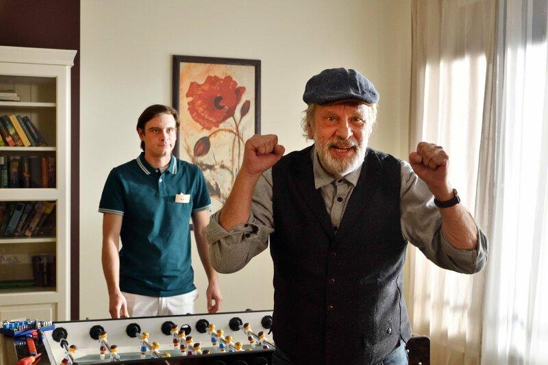 Opa Kurt (Peter Sattmann, r.) feiert sich und das Kickerspiel. – Bild: TVNOW / Richard Hübner