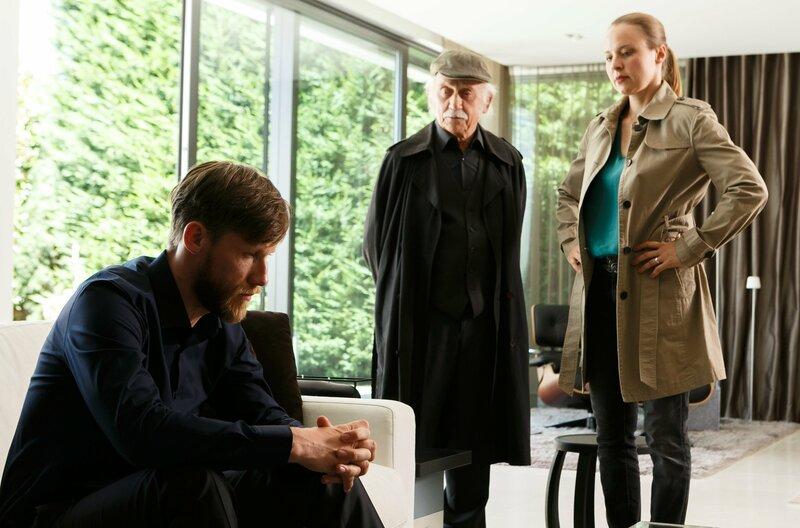Marco (Nikolaus Benda, l.) wird von Edwin Bremer (Tilo Prückner, M.) und Vicky Adam (Katja Danowski, r.) verhört. – Bild: WDR/ARD/Kai Schulz
