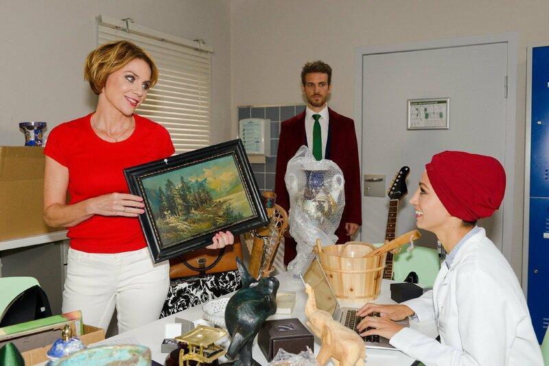 Nazan (Vildan Cirpan, r.) ist überrascht, als nicht nur Yvonne (Gisa Zach), sondern auch Felix (Thaddäus Meilinger) sie bei der Charity-Auktion unterstützt. – Bild: TVNOW