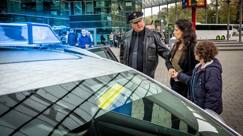 Hans (Bruno F. Apitz, l.) muss Elena (Simona Theoharova, M.) und Sina (Lilli Jellinek, r.) zur Befragung mit aufs Revier nehmen. – Bild: ZDF und Boris Lasewen./Boris Lasewen