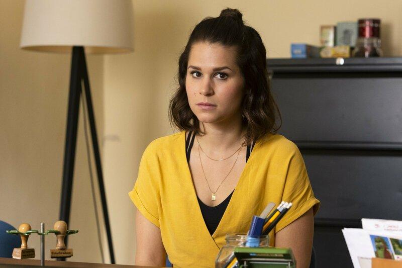 Lucie (Christina do Rego) muss zu Gleim. – Bild: TVNOW