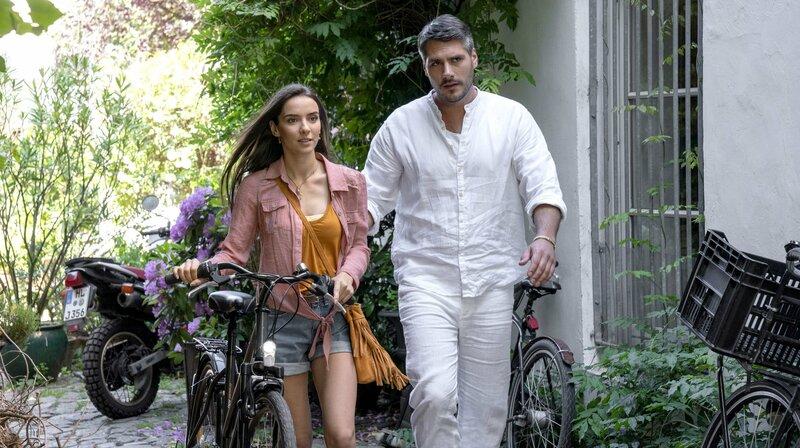 Kai Thieme (Max Koch, r.) schickt Anja Gruber (Emilia Wellbrock, l.) weg. – Bild: ARD/Georges Pauly