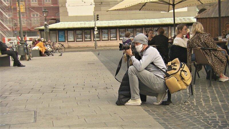 Fotograf Dirk Matterna will mit einer Nackt-Kunst-Aktion in der Innenstadt Passanten aufrütteln. – Bild: TVNOW / AZ Media