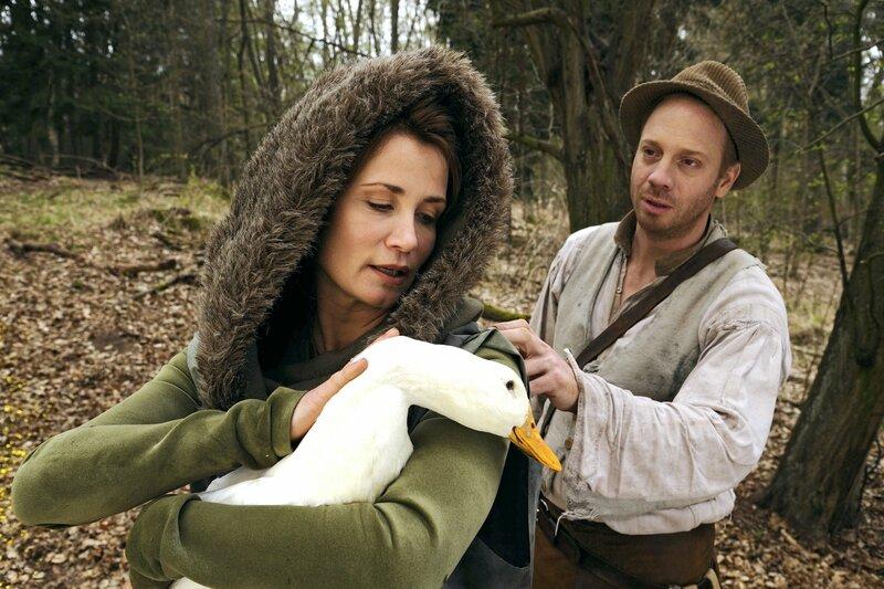 Marie (Anja Kling) kann dem Vater (Johann von Bülow) vielleicht helfen, seine Kinder im Wald wieder zu finden. – Bild: rbb/Hardy Spitz