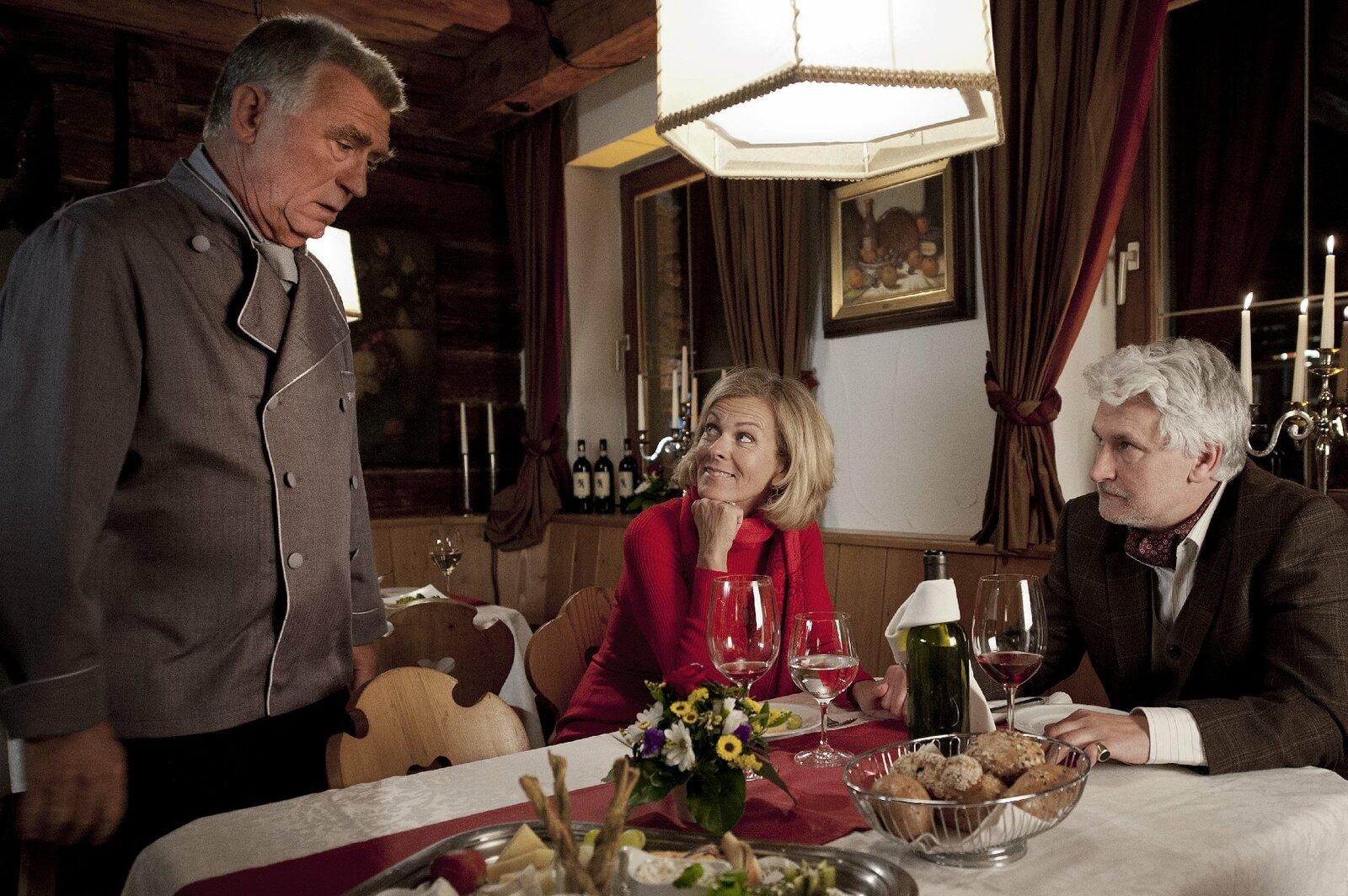 v.l.n.r.: Hannes Kofler (Heinz Marecek), Gräfin Schönberg (Andrea L'Arronge), Georg von Hohenkamm (Alexander Pelz) – Bild: ZDF und Stefanie Leo