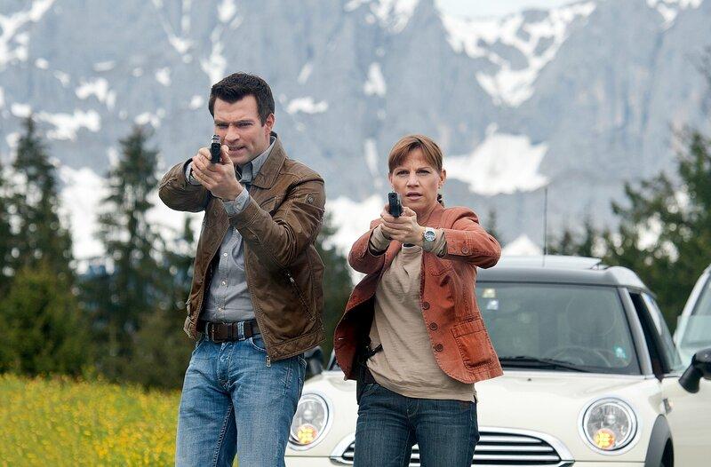 Lukas Roither (Jakob Seeböck) und Karin Kofler (Kristina Sprenger) im Einsatz. – Bild: ZDF und Stefanie Leo