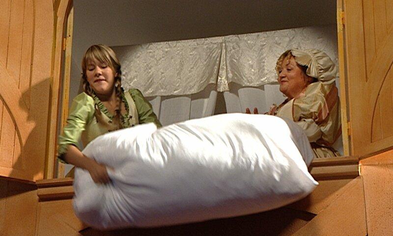 rbb Fernsehen FRAU HOLLE, Märchenfilm Deutschland 2008, am Samstag (24.12.11) um 14:10 Uhr. Frau Holle (Marianne Sägebrecht) und Marie Weber (Lea Eisleb) schütteln die Kissen aus. – Bild: rbb/Sandor Domonkos