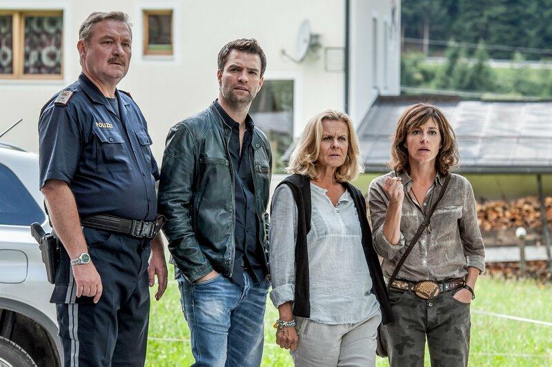 Im Bild (v.li.): Ferry Öllinger (Kroisleitner), Jakob Seeböck (Lukas Roither), Andrea L'Arronge (Gräfin Schönberg), Julia Cencig (Nina Pokorny). – Bild: ZDF und Stefanie Leo
