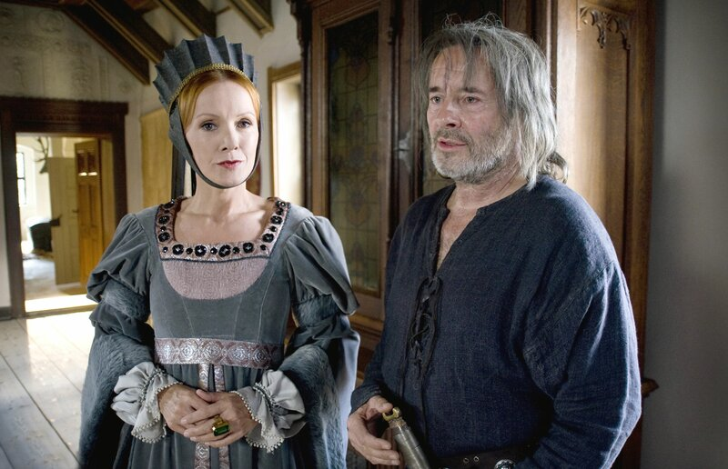 Die Zauberin (Katja Flint) in der Burg des Ritters (Uwe Kockisch). – Bild: rbb/Arnim Thomaß