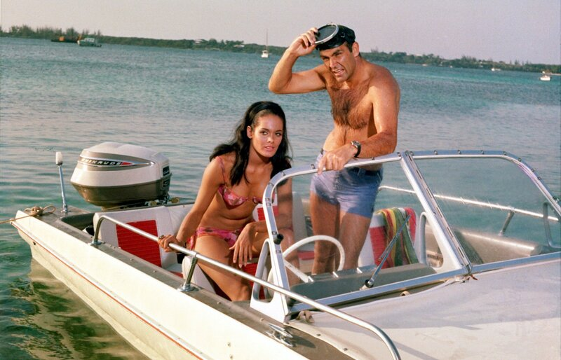 James Bond (Sean Connery) will mit Hilfe von Paula Caplan (Marine Beswick) herausfinden, was Largo vorhat... – Bild: MG RTL D