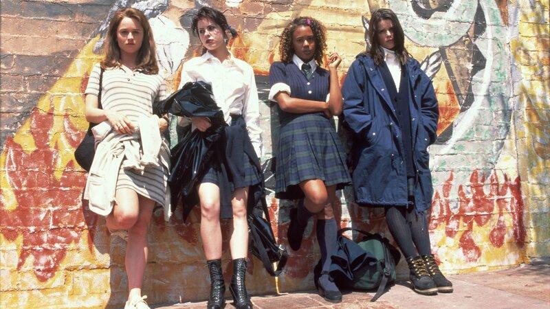 Die Freundinnen Sarah (Robin Tunney, li.), Nancy (Rairuza Balk, 2.v.l.), Rochelle (Rachel True, 2.v.r.) und Bonnie (Neve Campbell, re.) gründen einen Hexenzirkel. Mit ihren magischen Kräften rächen sie sich an denen, die sie zuvor schlecht behandelt haben.Die Freundinnen Sarah (Robin Tunney, li.), Nancy (Rairuza Balk, 2.v.l.), Rochelle (Rachel True, 2.v.r.) und Bonnie (Neve Campbell, re.) grĂĽnden einen Hexenzirkel. Mit ihren magischen Kräften rächen sie sich an denen, die sie zuvor schlecht behandelt haben. – Bild: RTL Zwei