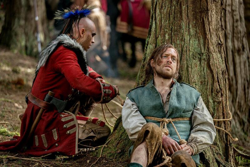 Outlander - Die Highland-Saga Staffel 4 Folge 10 Braeden Clarke als Kaheroton, Richard Rankin als Roger Wakefield SRF/2018 Sony Pictures Television Inc. – Bild: SRF1