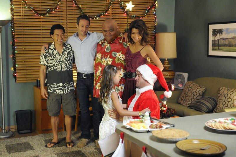 Es weihnachtet - sogar auf Hawaii: Steve (Alex O'Loughlin, 2.v.l.), Chin (Daniel Dae Kim, l.), Kono (Grace Park, r.) und Kamekona (Taylor Wily, 2.v.r.) helfen Danny (Scott Caan, vorne r.) für seine Tochter Grace (Teilor Grubbs, vorne l.) ein perfektes Weihnachten zu organisieren ... – Bild: TM & © 2010 CBS Studios Inc. All Rights Reserved. Lizenzbild frei