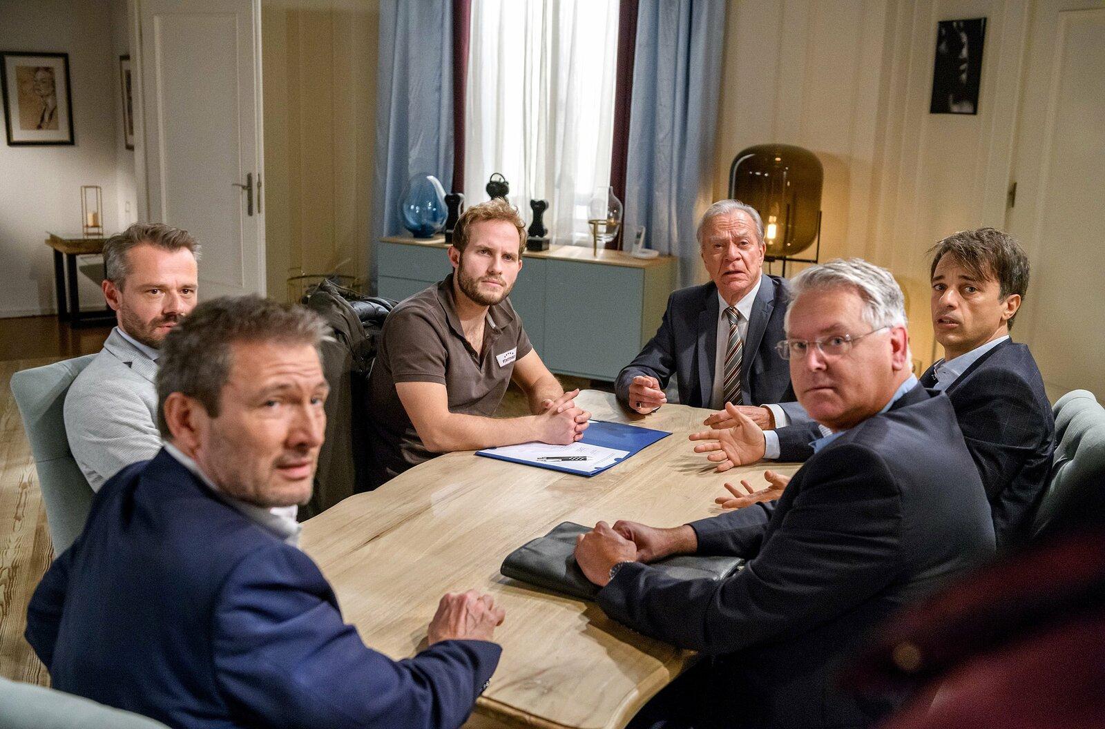 Maja kommt zu spät: Florian (Arne Löber, 3.v.l.) hat den Vertrag mit Christoph (Dieter Bach, l.), Werner (Dirk Galuba, 3.v.r.), Robert (Lorenzo Patané, 2.v.r.) und Erik (Sven Waasner, 2.v.l.) bereits unterschrieben. – Bild: ARD/Christof Arnold