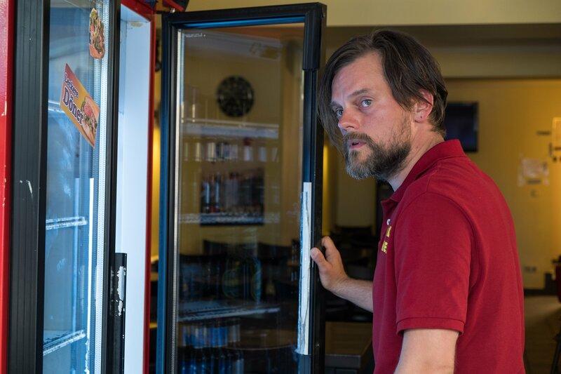 Der Kioskverkäufer Michael Heiners (Paul Schröder) war der letzte, der den Bauunternehmer Rudolph Brügge lebend gesehen hat. Ist ihm aufgefallen, ob er allein war? – Bild: ZDF und Manju Sawhney/ZDF.