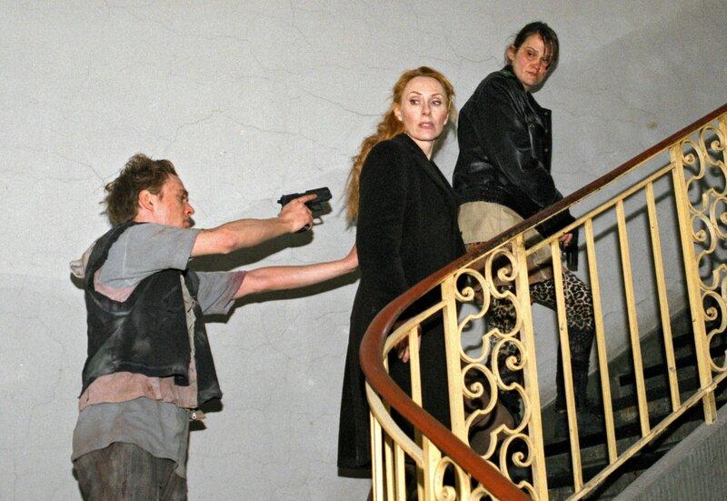 Tom (SiggiKautz jr., links) und Linda (Hilke Altefrohne, rechts) bedrohen Kommissarin Charlotte Sänger (Andrea Sawatzki). – Bild: HR/Martina Pipprich