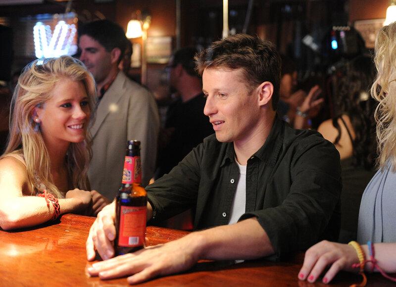 In einer Bar wird Jamie (Will Estes, r.) von Mandy (Cassidy Gifford, l.) angebaggert, was ihr Freund ganz und gar nicht witzig findet ... – Bild: © 2011 CBS Broadcasting Inc. All Rights Reserved