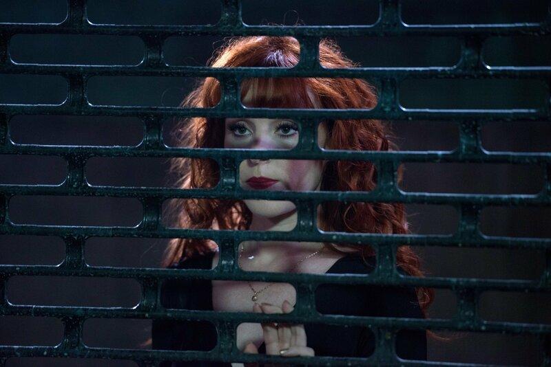 Rowena (Ruth Connell) sammelt ihre Kräfte, um sich gegen die Winchesters schützen zu können und versucht, einen eigenen Coven zu gründen ... – Bild: 2014 Warner Brothers Lizenzbild frei
