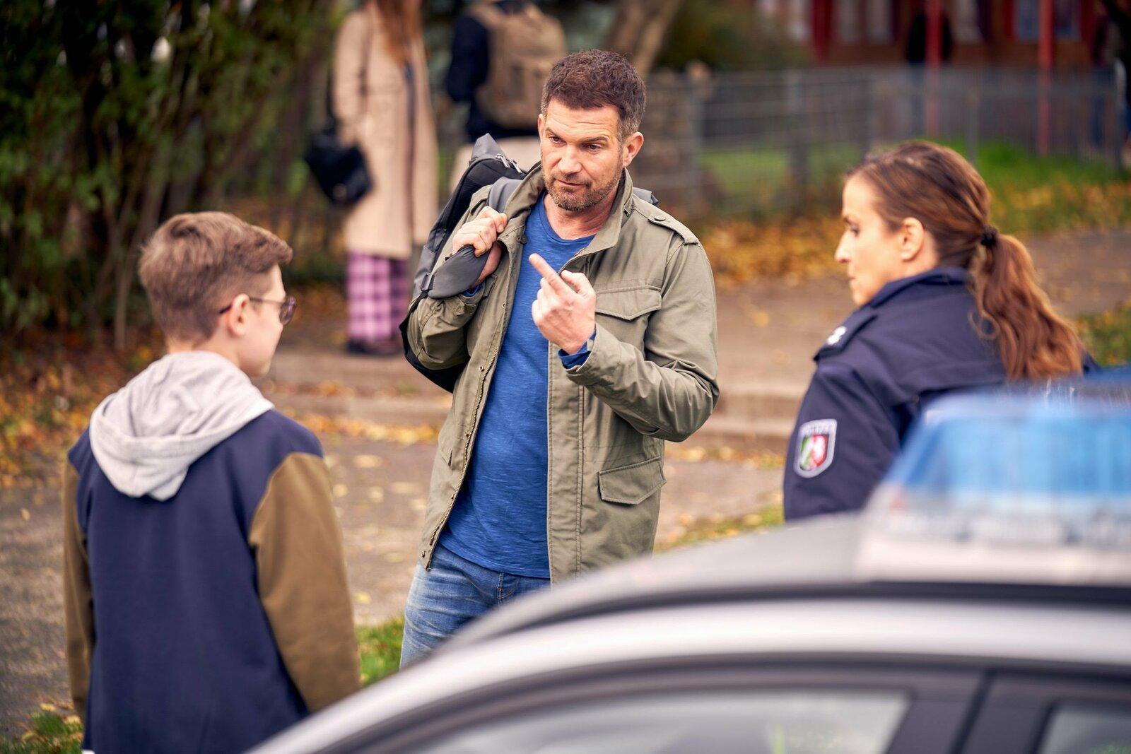 Julius (Milon Böer, l.) wird von der Polizei zu seinem Vater David (Simon Böer) gebracht. +++ – Bild: TVNOW/Frank Dicks