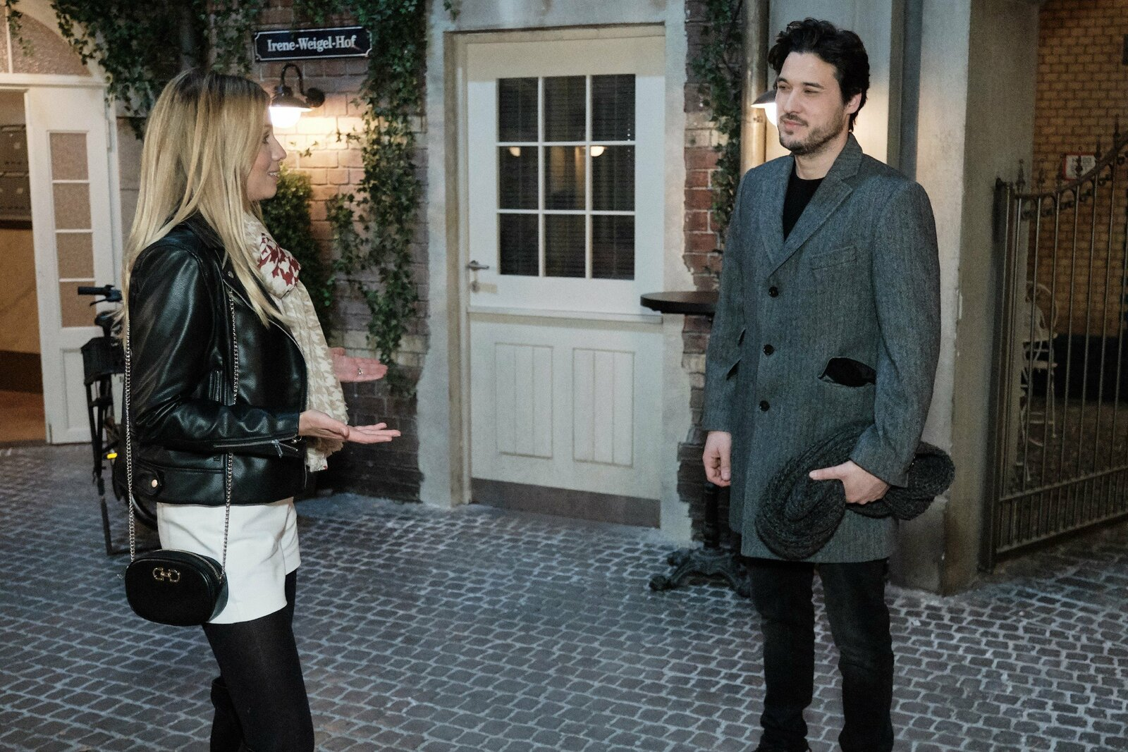Jakob (Alexander Milo) wird von Monika (Isabel Vollmer) ermutigt, um Saskia zu kämpfen. – Bild: TVNOW/Stefan Behrens
