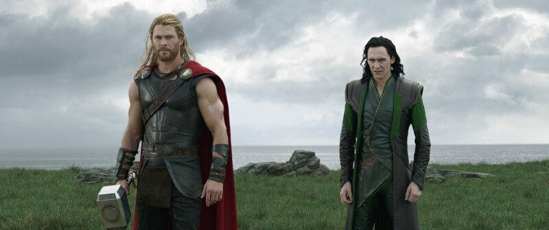 Thor (Chris Hemsworth, l.); Loki (Tom Hiddleston, r.) – Bild: Puls 4