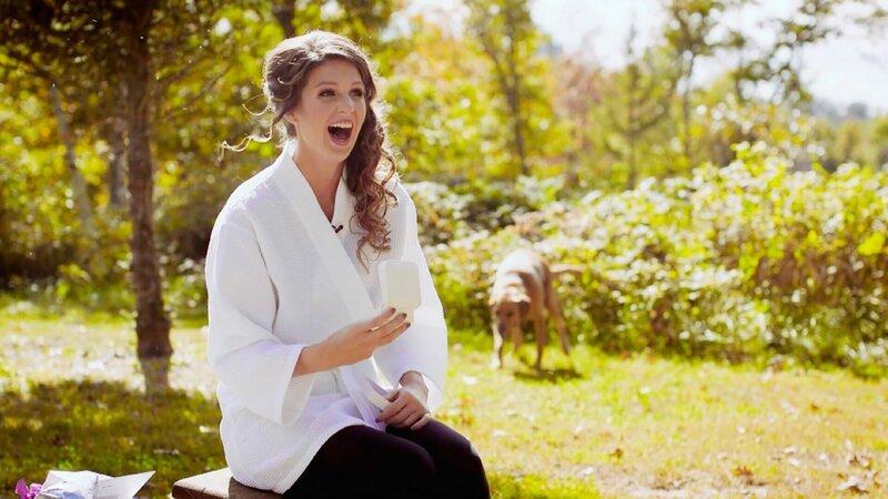 Hochzeiten gehören für viele Frauen zu den emotionalsten Momenten des Lebens. Lustig wird es, wenn bei den Hochzeitfotos etwas schief geht. Hier verrichtet ein Hund im Hintergrund sein Geschäft, während die Braut eigentlich perfekt für die Kamera posieren will. +++ – Bild: TVNOW