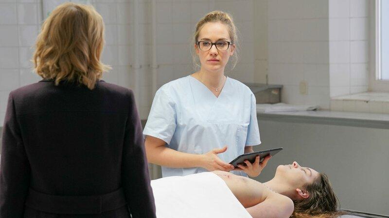 Vera (Katharina Böhm, v.) erfährt von Annegret (Annina Hellenthal, h.) mehr über Jana Richards (Elena Kuhlmann, M.) Tod. – Bild: ZDF und Michael Marhoffer.
