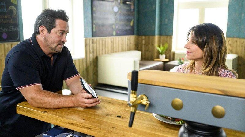 Daniela (Berrit Arnold) will Marian (Sam Eisenstein) beweisen, dass Leyla bei ihr in guten Händen ist. – Bild: TVNOW / Julia Feldhagen