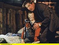 hr-fernsehen DER FAHNDER (157), Auf Messers Schneide, Fernsehserie, Bundesrepublik Deutschland 1985-2001, am Samstag (31.01.15) um 23:10 Uhr. Riemann (Michael Lesch, r) kann den Sohn seines Kollegen Mischewski befreien. Ihm und Jan (Michael Godde, l) gelingt es, das Versteck noch bevor die Kidnapper zurückkehren zu verlassen. – © HR/WDR/ARD/Reinhard Rosendahl