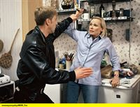hr-fernsehen DER FAHNDER (152), Blutiges Geld, Fernsehserie, Deutschland 1985 - 2001, am Samstag (27.12.14) um 23:55 Uhr. Hansen (Oliver Stritzel, l) glaubt, dass seine Putzfrau Claudia Henke (Christine Lemm, r) ihn bestohlen hat. Er kommt in ihre Wohnung und will von ihr wissen, wo sie das Geld versteckt hat. In ihrer Angst greift Claudia Henke nach einem Messer, um sich zu verteidigen. – © HR/WDR/ARD/Reinhard Rosendahl