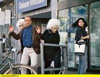 hr-fernsehen DER FAHNDER (153), Gut oder Böse, Fernsehserie, Bundesrepublik Deutschland 1985-2001, am Samstag (03.01.15) um 23:55 Uhr. Susanne Müller (Susann Uplegger, M) nimmt Mischewski (Thomas Balou Martin, l), der zufällig in der Bankfiliale ist, als Geisel. – © HR/WDR/ARD/Reinhard Rosendahl