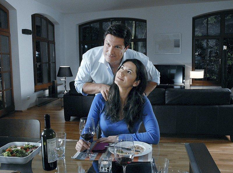 """ARD EIN FALL VON LIEBE - SAUBERMÄNNER, Deutschland 2011, Regie Jorgo Papavassiliou, am Freitag (06.05.11) um 20:15 Uhr und am Dienstag (10.05.11) um 10:30 Uhr im Ersten. Florian (Francis Fulton-Smith) hat für Sarah (Mariella Ahrens) ein romantisches Dinner gezaubert. – Bild: """"ARD Degeto/Susan R. Skelton"""" (S 2)"""