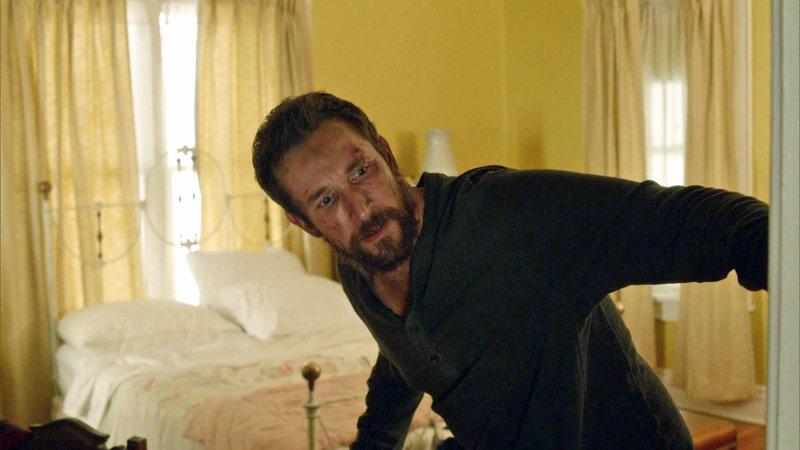 Der verletzte Tom (noah Wyle) erwacht orientierungslos im Haus einer Familie, die sich aus den Kämpfen heraushält... – Bild: RTL II