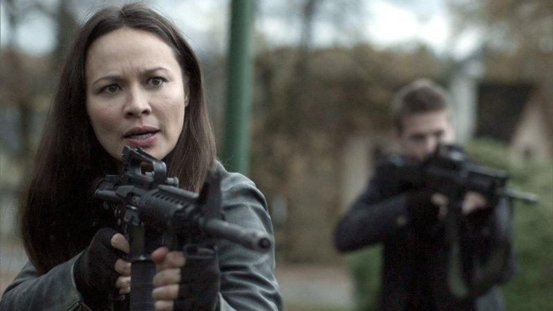 Anne (Moon Bloodgood) und ihre Leute werden von einem Fremden attackiert.. – Bild: RTL II