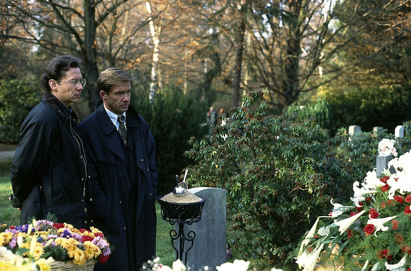 16. Fassungslos stehen Daniel und Stefan am Grab ihres toten Freundes. (Stephan Schartz, li.; Michael Lesch, re.). – Bild: ZDF