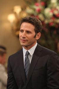 Ist Simon (Mark Feuerstein) der perfekte Mann für Kate? – © 2013 CBS Broadcasting, Inc. All Rights Reserved. Lizenzbild frei