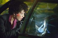Mysteriöse Dinge geschehen: Astrid (Jasika Nicole, l.) ermittelt ... – © Warner Bros. Television Lizenzbild frei