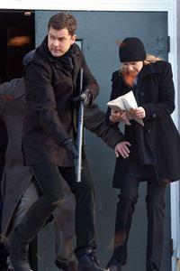 Stecken in Westfield fest: Olivia (Anna Torv, r.) und Peter (Joshua Jackson, l.) ... – © Warner Bros. Television Lizenzbild frei