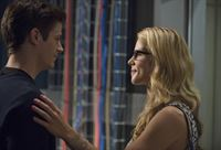 Gemeinsam nehmen sie den Kampf gegen Captain Cold auf: Felicity (Emily Bett Rickards, r.) und Barry (Grant Gustin, l.) ... – © Warner Brothers. Lizenzbild frei