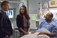 Versuchen ihre Beziehung vor Joe (Jesse L. Martin, r.) zu verheimlichen: Iris (Candice Patton, M:) und Eddie (Rick Cosnett, l.) ... – © Warner Brothers. Lizenzbild frei