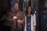 Sind glücklich miteinander: Iris (Candice Patton, r.) und Eddie (Rick Cosnett, l.) ... – © Warner Brothers. Lizenzbild frei