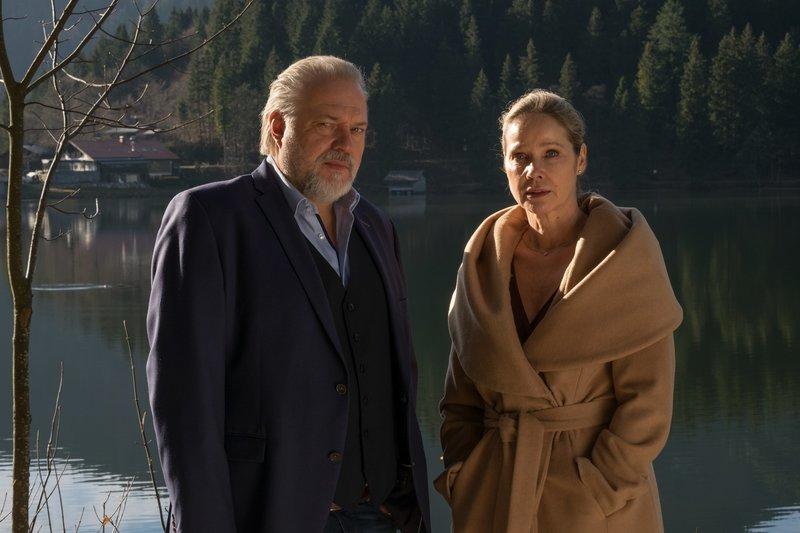 Richard Voss (Jan Gregor Kremp, l.) vermutet, dass Laura Röhler (Ann-Kathrin Kramer, r.), die Ehefrau des ermordeten Oberstaatsanwalt, etwas zu verbergen hat. – Bild: ZDF und Erika Hauri.