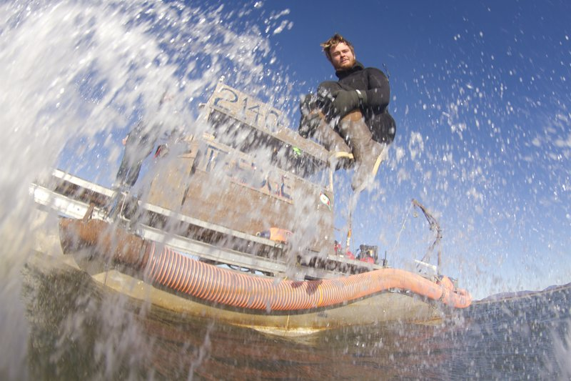 Zeke Tenhoff jumping into the Bering Sea. – Bild: David Reichert / Discovery Channel