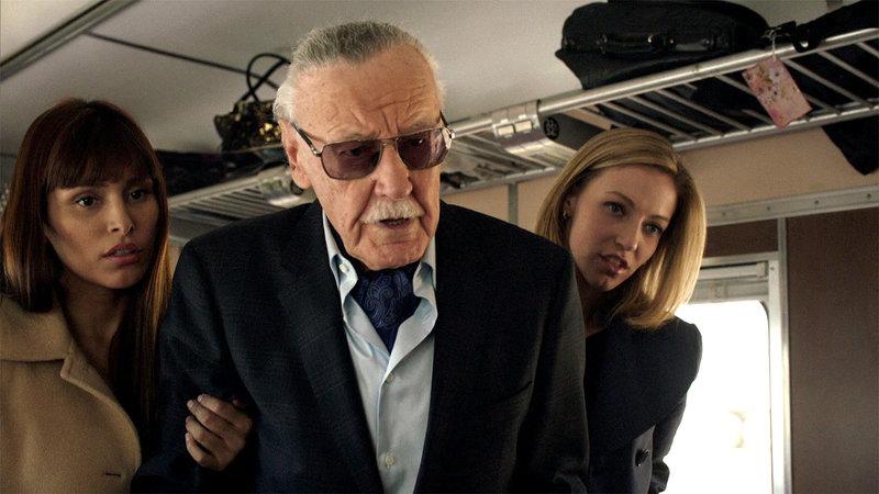 Ein älterer Herr (Stan Lee) wird auf den Streit im Zug aufmerksam.. – Bild: RTL II
